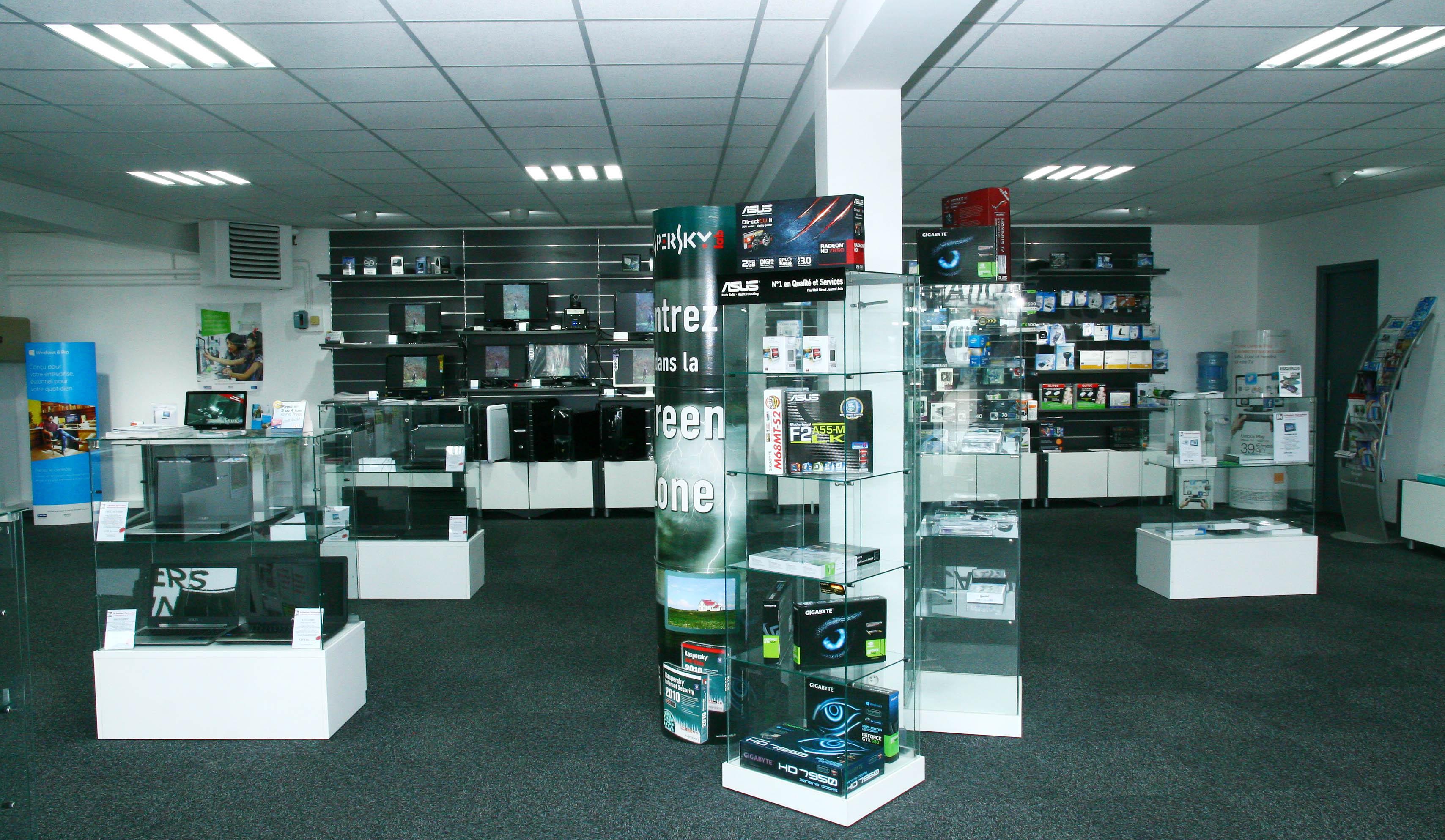 fada4454152c1 Interieur du magasin La Boutique Informatique